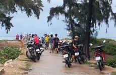 Bình Định: Ra gành đá câu cá, 2 thanh niên bất ngờ bị sóng biển cuốn trôi mất tích