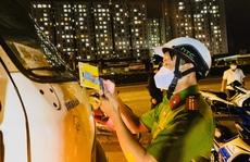 Công an TP Thủ Đức tuần tra xuyên đêm, nhắc nhở nhiều tài xế, hỗ trợ người muốn về quê