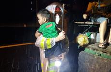 CSGT Quảng Nam 'giải cứu' hàng chục người kẹt giữa dòng nước lũ