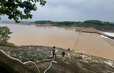 Tàu chở cán bộ Sở GTVT Quảng Trị gặp sự cố, 1 chủ doanh nghiệp bị nước cuốn mất tích