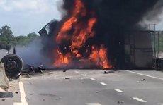 Tài xế bung cửa thoát thân sau khi ô tô tải lật, bốc cháy kinh hoàng