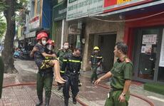 TP HCM: Cảnh sát PCCC giải cứu hai người cao tuổi mắc kẹt trong căn nhà cháy