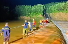 Gay cấn cứu hộ 3 thanh niên bị nước lũ cô lập lúc nửa đêm
