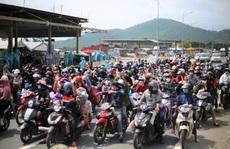 Người dân về quê qua Đà Nẵng được tặng từ đôi dép đến xe máy