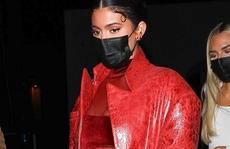 Kylie Jenner mặc hở độc, lạ đến chúc mừng Justin Bieber