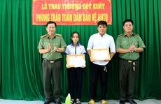 Giám đốc Công an An Giang thưởng 'nóng' nữ sinh lớp 9 tham gia bắt trộm