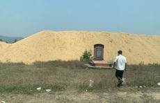 """CLIP: Núi cát """"khủng"""" tập kết trái phép trong khu di tích lịch sử ở Bình Định"""