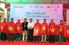 Ngư dân Phú Yên nhận cờ từ Chương trình 'Một triệu lá cờ Tổ quốc cùng ngư dân bám biển'