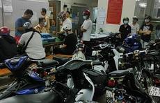 Nhiều xe máy tụ tập trên vỉa hè quận 1 bị tạm giữ trong đêm