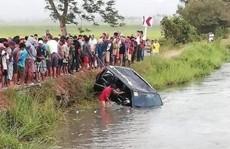 Xe hơi chở 15 người lao xuống kênh, 13 người chết đuối