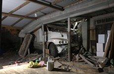 Xe container mất lái tông sập nhà dân trong đêm
