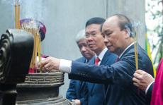 CLIP: Chủ tịch nước Nguyễn Xuân Phúc dâng hương tưởng niệm các vua Hùng
