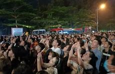 CLIP: Hàng vạn người đổ về Sầm Sơn xem bắn pháo hoa
