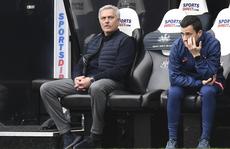 HLV Mourinho nói gì khi Tottenham đánh rơi chiến thắng?
