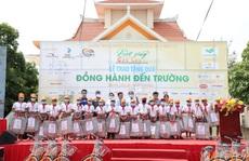 Caravan 'Vượt sóng Côn Sơn' tặng xe đạp, học bổng cho hàng trăm học sinh nghèo