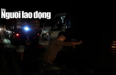 CLIP: Nhiều tài xế cạy cabin xe tải để đưa 2 người thương vong ra ngoài