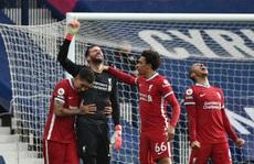 Ngỡ ngàng 'người nhện' Alisson ghi bàn, cứu cả mùa giải Liverpool
