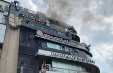 Cháy nghi ngút tầng thượng nhà hàng 'Hàm cá mập' sát hồ Gươm
