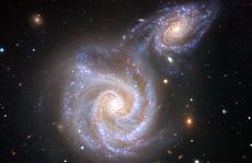 Kinh hoàng thiên hà 'Xúc Xích' bị 'quái vật' chứa Trái Đất nuốt chửng