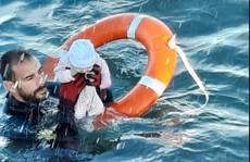 Thót tim hình ảnh em bé di cư được vớt lên từ biển lạnh giá