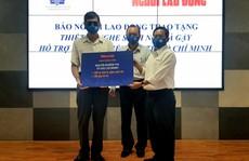 Báo Người Lao Động tặng thiết bị nghe sách nói và gậy cho người khiếm thị