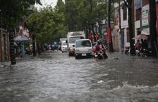 Cận cảnh ngập sâu ở TP Thủ Đức trong cơn mưa chiều 21-5