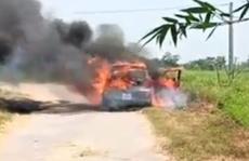 Xe ôtô đang chạy bỗng bốc cháy dữ dội, tài xế bung cửa thoát thân