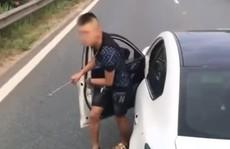 Tài xế dừng xế hộp trên làn đường xe chạy 100 km/giờ để giải quyết va chạm giao thông