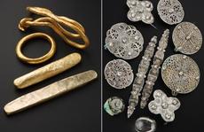 Dò kim loại, đào được kho báu đầy vàng bạc 'từ 2 thế giới'