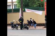 Cán bộ giáo dục nói gì về việc phạt học sinh vi phạm luật giao thông bằng 'thụt dầu'?