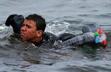 Số phận của cậu bé Morocco bơi qua biển bằng chai nhựa rỗng