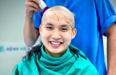 Bác sĩ TP HCM 'xuống tóc' trước giờ lên đường chi viện cho Bắc Giang