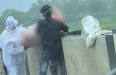 Ấn Độ: Rùng mình cảnh thả xác bệnh nhân Covid-19 xuống sông