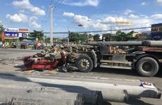 Tránh xe máy, container bị cọc nhồi bê tông đâm biến dạng cabin
