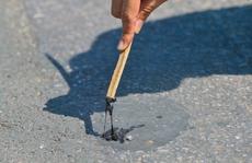 Cận cảnh mặt đường chảy nhựa dưới cái nắng nóng gay gắt