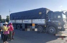 Xe tải cuốn xe máy vào gầm ở Long An, 2 người tử vong