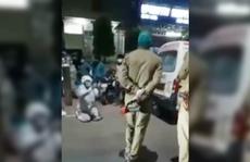 Ấn Độ: Con trai quỳ xin cảnh sát đừng lấy oxy của mẹ