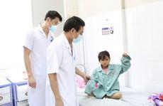 Bé gái 7 tuổi bị chảy máu màng cứng do té ngã