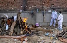 Covid-19 ở Ấn Độ: Con gái lao vào giàn hỏa táng cha