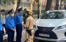 Tài xế Lexus có giấy ra vào 'trụ sở Bộ Công an' đỗ sai quy định, thách thức công an