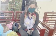 CLIP: Bắt nóng 1 phụ nữ mang túi da chứa đầy vàng lậu qua biên giới