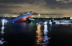 Tàu cá chìm sau va chạm với sà lan trên cửa biển