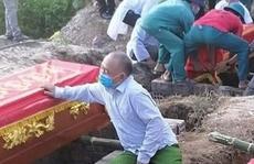 Vụ 'cháy phòng trà 6 người tử vong: Nhói lòng cảnh 'người đầu bạc tiễn kẻ đầu xanh'