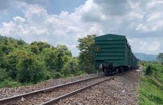 Tàu hàng trật bánh, đường sắt Bắc – Nam tê liệt 4 giờ