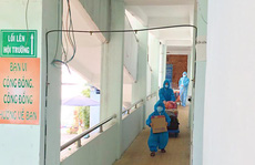 CLIP: Nhói tim bé trai 5 tuổi ôm đồ rời khu cách ly đi điều trị Covid-19