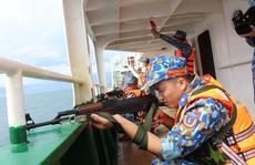 Cảnh sát biển trao cờ Tổ quốc và huấn luyện bắn súng pháo trên biển