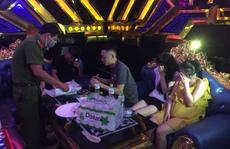 35 nam nữ 'bay lắc' trong quán karaoke, có cả học sinh