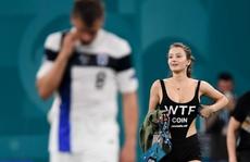 'Fan' nữ nóng bỏng vào sân quấy rối ngôi sao tuyển Bỉ