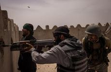 Lãnh chúa và dân thường cầm vũ khí sống chết với Taliban