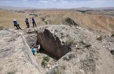 'Lâu đài ma' 2.800 tuổi xuất hiện trên... đỉnh núi